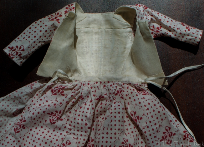 A close-up of the the gown open, showing the linen lining, pieced just like originals could be. Theirs were probably due to a scarcity of fabric. Mine was due to inept fitting.